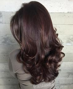 Long curled brunette hairstyle with layers hair shades, blonde hair colour shades, red hair Layered Hair With Bangs, Long Layered Haircuts, Haircuts For Long Hair, Long Hair Cuts, Hairstyles With Bangs, Wavy Hair, Layered Hairstyles, Curled Ends Hair, Curled Layered Hair