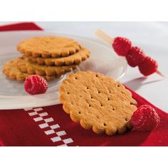 RASPBERRY CHIP BISCUITS  with low sugars and a high protein and fibre content, contains artificial sweeteners. Crispy ginger and cinnamon biscuits with a sprinkle of raspberry chips that will delight gourmets whilst preserving an optimal nutritional profile and a satisfactory fibre content.