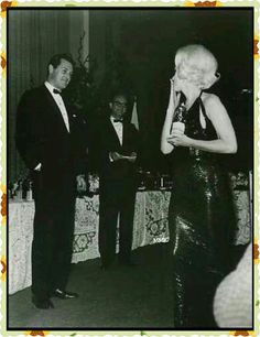 Marilyn Monroe blowing a kiss to Rock Hudson at the Golden Globes, March 1962 Marylin Monroe, Marilyn Monroe Photos, Golden Globe Award, Golden Globes, Golden Age, Cinema Tv, Rock Hudson, Norma Jeane, Vintage Hollywood