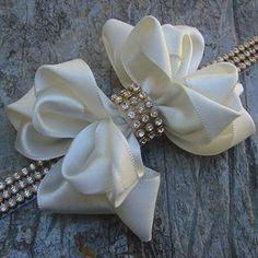 Instagram photo by Pérola Rosa Moda Infantil (@perolarosamodainfantil)… How To Make Ribbon, Diy Ribbon, Ribbon Work, Ribbon Crafts, Flower Crafts, Ribbon Flower, Diy Headband, Baby Headbands, Hair Ribbons