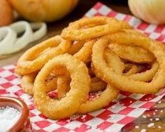 Beignets d'oignons (onion rings) : http://www.cuisineaz.com/recettes/beignets-d-oignons-onion-rings-77826.aspx