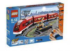 Lego City Passenger Train. Lego 7938. 6-12 Yaş aralığındaki çocuklar için ideal ve 669 parçadan oluşuyor.  Ürün paketinin içinde toplam olarak 669 parça bulunuyor ve her biri capcanlı renklerle büyülüyor. Kırmızı, gri, mavi, sarı, siyah, beyaz, yeşil ve turuncu renkler ile onları tanıştırın.