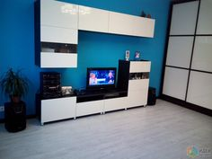 Интерьер синей гостиной, белая мебель и синие стены в гостиной