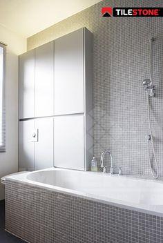 Rustige en lichte badkamer met mozaiektegels van Fired Earth (mat en ...