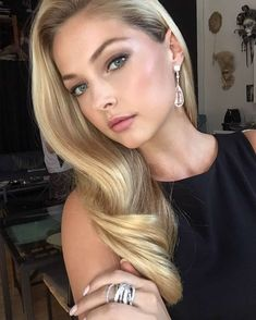 Ashley Smouter #ClassyGirl Island Hair, Classy Girl, On The Bright Side, Good News, That Look, Photo And Video, Face, Instagram Posts, Beautiful