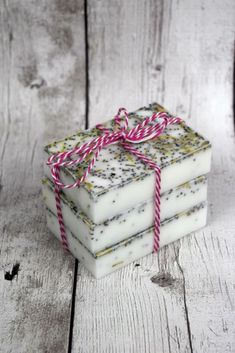 DIY Soap Recipes - Homemade Rosemary Mint Soap - Melt and Pour, Homemade Recipe Without Lye - Natural Soap crafts for Kids - Shea Butter, Essential Oils, Easy Ides With 3 Ingredients - soap recipes with step by step tutorials Homemade Beauty Recipes, Homemade Beauty Products, Homemade Gifts, Homemade Recipe, Homemade Cards, Soap Melt And Pour, Soap Tutorial, Belleza Natural, Handmade Soaps
