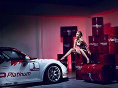 Christies Lingerie w ORLEN - PLATINUM 2015 Backstage z powstawania kalendarza Platinum na 2015 rok. Na kolejnych stronach spotykamy kobietę i samochód, delikatność ciała styka się z wyrafinowaną, drapieżną technologią. Próbujemy ogarnąć niezwykłą przestrzeń rywalizacji, poskromienia, wzajemnego ujarzmiania dwóch potężnych żywiołów.