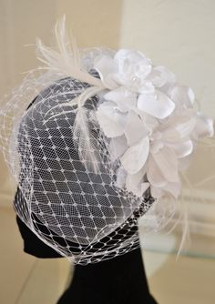 Fascinator com renda, plumas e voilette branco! By Virgínia Manssan
