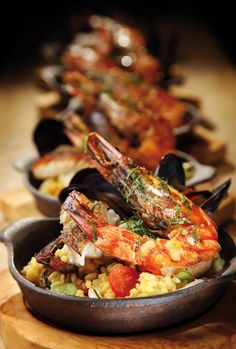 Spanish Paella for One. Couldn't find recipe, but this is a great way to serve paella for a dinner party! Goes with a tapas theme Seafood Paella, Seafood Dishes, Seafood Recipes, Cooking Recipes, Seafood Boil, Sauce Recipes, Great Appetizers, Appetizer Recipes, Spanish Paella