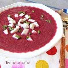 Esta receta de salmorejo de remolacha es sencilla y resulta deliciosa. La acidez del tomate y el dulzor de la remolacha combinan de maravilla y equilibran el plato.