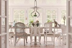 Ett utmärkande drag för shabby chic som inredningsstil ärfärgen vitt i olika nyanser, på allt från väggar, golv och tak till möbler. På 1600-talsgården Kulla viskar historien i varenda vrå, och gården är varsamt renoverad i traditionellt romantisk shabby chic-stil. Shabby Chic Cottage, Shabby Chic Homes, Shabby Chic Decor, All White Room, White Rooms, Rustic Country Kitchens, Shower Tile Designs, Rustic Bathrooms, Chic Bathrooms