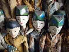 Marionnette Wayang Golek 1 Corps sculpté en bois d'acacia et habillé de batik Détails peints à la main