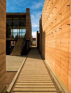Oaxaca School of Plastic Arts in rammed earth in Mexico by Mauricio Rocha - Earth Architecture