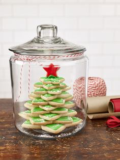 The person on your Christmas list will love this Cookie Tree in a Jar gift that… – The Best Christmas Cookies Christmas Cookies Gift, Christmas Cookie Exchange, Christmas Jars, Christmas Kitchen, Christmas Goodies, Christmas Desserts, Christmas Treats, Holiday Treats, Holiday Recipes