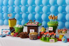 Me encanta el fondo de esta mesa para una fiesta Angry Birds / Love this Angry Birds party table backdrop