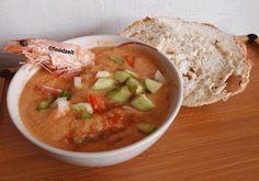 Gazpacho, kalte spanische Gemüse Suppe mit Shrimps, ein Genuss für den heißen Sommer. Gazpacho , Cold Spanish veggie soup with shrimps, summer delight par excellence