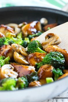 Leek and other vegetable pie - Recipe Guide Broccoli Dishes, Broccoli Stir Fry, Fresh Broccoli, Broccoli Recipes, Healthy Chicken Recipes, Broccoli Florets, Sauteed Chicken Recipes, Chicken Mushroom Broccoli Recipe, Easy Mushroom Recipes
