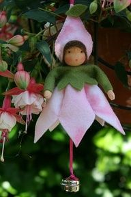 Bellefleur free pattern - in dutch. Cutting template and photo so shouldn't be hard to figure out even without translating the instructions. Very pretty. Fairy Crafts, Felt Crafts, Christmas Crafts, Christmas Decorations, Christmas Ornaments, Waldorf Crafts, Waldorf Dolls, Felt Fairy, Clothespin Dolls