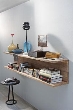 Deze houten koof is gemaakt van prachtig notenhout en werd blind bevestigd, dus zonder dat je de ophanging ziet.