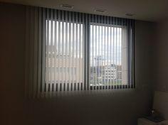Cortinas verticales en poliéster con la de 89 mm en color blanco para habitación principal
