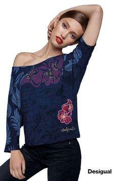 T-shirt bleu marine ample affichant des motifs floraux et des détails brodés. Composition extérieure 97% POLYESTER 3% ELASTANE