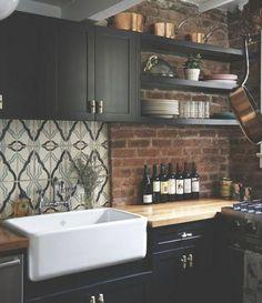 cuisine style retro chic, meubles cuisine noirs, plan de travail en bois, évier blanc, mur en briques industrielle