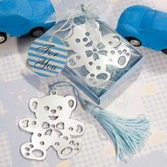 Marcapáginas de metal plateado con forma de osito. Presentado en cajita de regalo a juego con el color del marcapáginas, decorada con lazo de organza.