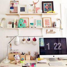 As prateleiras roubam a cena neste home office colorido e cheio de detalhes. A iluminação é uma prioridade e se integra ao restante do ambiente, que ainda conta com um varal que comporta canetas e outras miudezas.