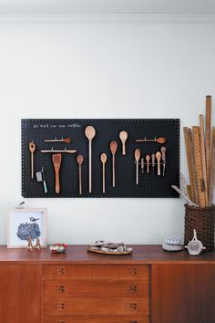 DIY design by Margaret Oomen. She put a couple of coats of black chalkboard paint on a standard peg board purchased from Home Depot to create a display for her collection of vintage wood spoons. Small Apartment Hacks, Small Apartment Storage, Small Kitchen Storage, Small Apartments, Home Design, Diy Design, Interior Design, Black Chalkboard, Diy Chalkboard