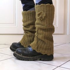 alternative for boots Guêtres Au Crochet, Bonnet Crochet, Crochet Boots, Crochet Gloves, Freeform Crochet, Love Crochet, Crochet For Kids, Crochet Leg Warmers, Crochet Winter