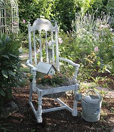 Old chair planter with birdhouse Old Chairs, Vintage Chairs, Unique Gardens, Beautiful Gardens, Chair Planter, Rose Cottage, Shabby Cottage, Garden Chairs, Garden Planters