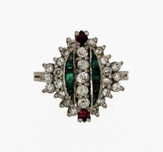 Anillo estilo decó con brillantes, esmeraldas y rubís. - Art deco styled ring with brilliant cut diamonds, emeralds and rubys