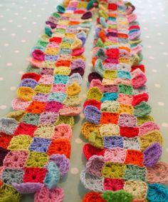Een hele mooie sjaal met hele kleine granny's