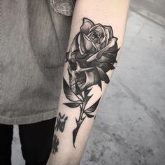 Ideas Tattoo Rose Skull Design For 2019 Skull Rose Tattoos, Skeleton Tattoos, Feather Tattoos, Body Art Tattoos, Hand Tattoos, Girl Tattoos, Tattoos For Guys, Tattoos For Women, Forarm Tattoos
