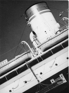 Transatlantico nel Porto di Genova, anni '30.
