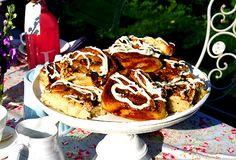 De här bullarna är helt vansinnigt goda. Jag älskar den fräscha limesmaken i glasyren. När det står varmluftsugn i receptet men du bakar med vanlig ugn så höj  temperaturen med runt 20- 25 grader så blir det bra. /Leila Sticky Buns, Something Sweet, Cinnamon, Vegetarian Recipes, Muffins, Cupcakes, Sweets, Breakfast, Desserts