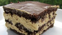 Eclair Dessert - graham crackers, cool whip, peanut butter, vanilla pudding, and chocolate frosting. I say YES to this dessert! Quick and easy so it's ready to serve to your guests very fast! 13 Desserts, Pudding Desserts, Dessert Recipes, Cake Recipes, Recipes Dinner, Dinner Ideas, Pudding Cake, Dessert Healthy, Simple Dessert
