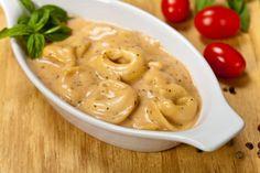 Basilikum ist aus der mediterranen Küche nicht wegzudenken. Im Rezept für Tortellini mit Basilikum-Sahne-Sauce kommt sein einzigartiges Aroma wunderbar zur Geltung.
