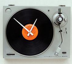 Recycled Turntable Clock (projects, crafts, DIY, do it yourself, interior design, home decor, fun, creative, uses, use, ideas, inspiration, reduce, reuse, recycle, used, upcycle, repurpose, handmade, homemade, LP, record player, gramophone)