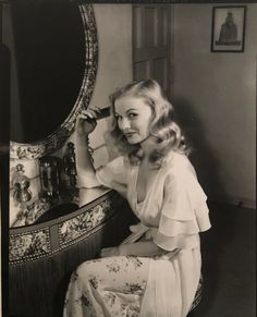 This is a nice reproduction of an original World War Two photo showing Hollywood movie star Veronica Lake brushing her hair in front of a mirror. She was a very well known actress during the war. Pin Up Vintage, Look Vintage, Vintage Glamour, Vintage Beauty, Vintage Vanity, Vintage Soul, 1940s Actresses, Classic Actresses, Hollywood Actresses