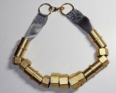 fio fácil de fazer http://tinysparklythings.blogspot.com/2009/11/diy-hardware-necklace.html