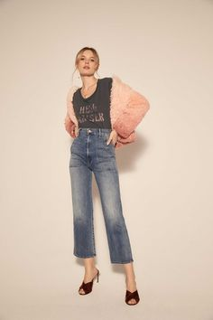 The complete Mother Fall 2018 Ready-to-Wear fashion show now on Vogue Runway. Jean Outfits, Cute Outfits, Cropped Jeans Outfit, Fashion Show, Fashion Outfits, Fashion Ideas, Mother Denim, Fall 2018, Outfit Sets