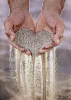 """Hij schepte een handvol zand en zei: """"Zie, hoe mijn hand als ik hem open houd veel zand kan dragen. Wel glijden er zandkorrels af, maar je zou ze overtollig kunnen noemen, te veel, niet nodig. Maar wat de open hand dragen kan dàt blijft."""""""