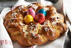 Co by to bylo za Velikonoce bez sladkého pečiva? Pokud chcete letos překvapit rodinu i návštěvy, zkuste netradiční sváteční recepty. Třeba mazanec, který nepotřebuje kynout, zato je krásně vláčný a hned hotový, nadýchaný skořicový věnec nebo anglické křížkované bochánky potřené meruňkovou marmeládou.