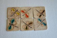 na křídlech vážky...podložka ...keramická podložka o rozměru: cca 8,5x8,5 cm ... pod hrníček, hrnec, svíčku či úplně něco jíného :-) ... uvedená cena je za 1 kus