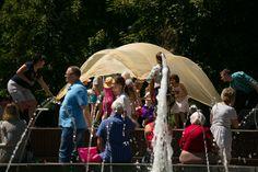 Продолжаются игры на сцене парка для малышей. Море.