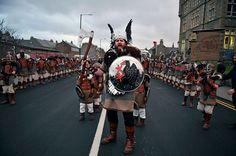 Bienvenue au « Up Helly Aa », un festival Viking impressionnant qui a lieu chaque année en Écosse