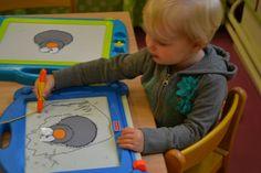 peuters thema spinnetjes: pootjes tekenen aan de spin op tekenborden! www.jufanneleen.com preschool theme spiders drawing exercice