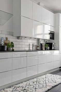 Kastellgatan 16 B Cloud Kitchen, Bathroom Shelves, Scandinavian Style, Home Interior Design, Kitchen Design, Kitchen Ideas, Living Room Designs, Ikea, St Cloud