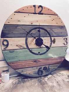 Couleur de mutil récupéré bobine bois horloge par theBLVDcollective